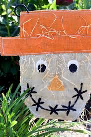 make this burlap scarecrow garden flag for your outdoor decor this fall an easy sewing