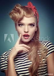 Fotografie Obraz Krása Usmívající Pin Up Girl Na Modrém Pozadí