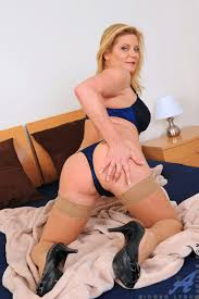 XXX porn dot stampi Anilos cougar strips on her bed and starts.