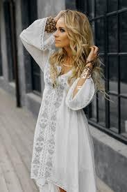 Лёгкие платья с затейливыми узорами, кимоно с бахромой, летние замшевые сапоги, льняное кружево, бисер и вышивка. Boho Stil Odezhda Ukrasheniya I Aksessuary V Moskve Indiastyle
