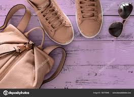 レディース アクセサリーや靴 革リュックとスニーカー ストック写真
