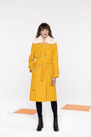 coat in yellow wool with a fake fur collar