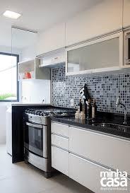 Divisórias em granito, uma ótima opção para sua obra #marmore #granito #stone #rochas #arquitetura #engenhariacivil. Separacao Divisoria Cozinha Area De Servico Lavanderia Pedra Granito Vidro Pastilha Azul Cozinha Bancada Preta Pastilhas Para Cozinha Cozinha Cozinhas Modernas
