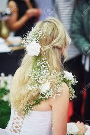 Jonge Bruid Die Haar Haar Krijgt Gedaan Vóór Huwelijk Mooie Bloem Kapsel En Jurk Decoraties