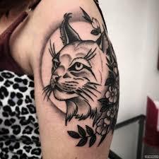 рысь и цветы тату на плече у девушки добавлено иван вишневский