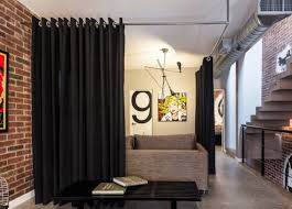 for a sleek fabric room divider hang a curtain featuring large metal grommets from a simple chrome bar mounted on the ceiling image podio arquitectura