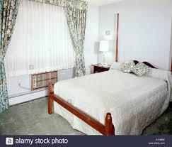 1960er Jahre Schlafzimmer Mit Full Size Bett Fenster Mit Blumendruck