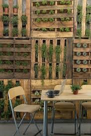 Deco Mur Exterieur En Bois De Palettes Marron Avec Végétation Qui Sort Par  Les Trous Des Habiller ...