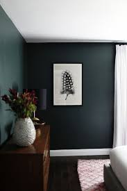 Dark Green Walls In Minimalist Bedroom Green Dunkelgrüne Wände
