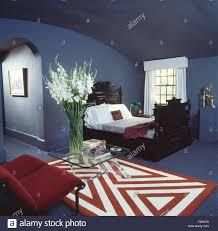 Rot Weiß Abstrakt Gemusterten Teppich In Lila Achtziger Jahre