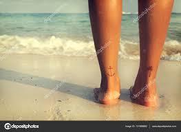 Krásné ženy Tan Relaxovat Na Pláži S Tetování Na Nohu Stock