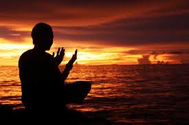 Hasil gambar untuk gambar orang berdoa menyambut petang