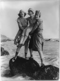 File:Myrtle Reeves, Lillian Langston, and Edith Roberts posed on rock in  water for Mack Sennett Productions) - Evans, L.A LCCN89713557.jpg -  Wikimedia Commons