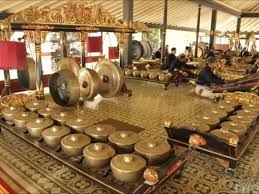 Para pemain musik tanjidor semua bermain sambil berdiri. Makna Kehidupan Di Balik Gamelan Jawa