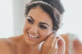 7 things your wedding hairstylist and makeup artist need you to know