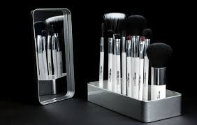 features of gravity opposing makeup brushes
