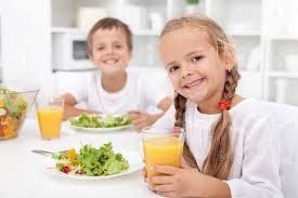Výsledek obrázku pro obrázky děti a jídlo