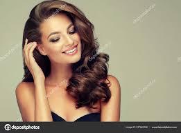 Mladá Hnědé Vlasy žena Vlnité Vlasy Krásný Model Dlouhou účes