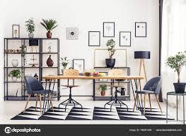Graue Stühle Tisch Auf Schwarzen Und Weißen Teppich