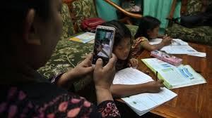 Kelebihan metode daring terletak pada tingkat fleksibilitas dan adanya pacing (jeda) antar. Sekolah Di Tengah Pandemi Covid 19 Tahun Ajaran Baru Dan Skenario Kembali Ke Sekolah Mengapa Ada Penolakan Dari Orang Tua Siswa Bbc News Indonesia