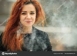 Vape Teenagera Pěkná Bílá Dívka S červenými Kudrnatými Vlasy A