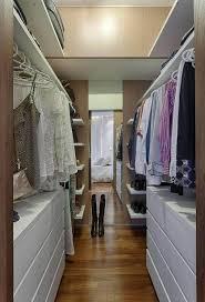 modelo de quarto com closet com piso de madeira foto renata basques