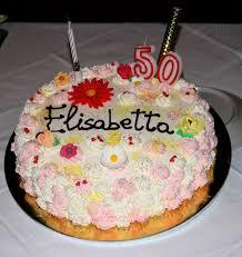 Torta di compleanno decorata con panna fiori e candele dolci a