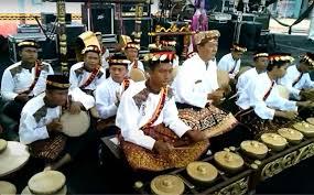 Di lamanole alat musik ini dimainkan dengan dua cara yaitu dengan cara digantung atau diletakkan di pangkuan sang pemain. Ketahui Jenis Musik Tradisional Indonesia Agoaga