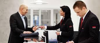 front desk guards assisting an employee agent à l accueil aidant un employé
