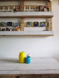 Mensola con bancale di legno e barattoli riciclati. www