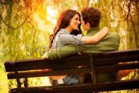 Risultati immagini per innamorati seduti accanto che si guardano