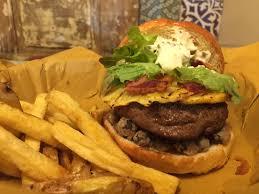 A napoli arrivano hamburger salumi e frittatine mangiaebevi