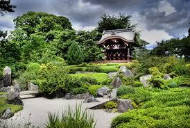Королевские сады Кью С любого места сада видна великая пагода возведённая в 1762 году по проекту Уильяма Чемберса из десяти восьмиугольных этажей