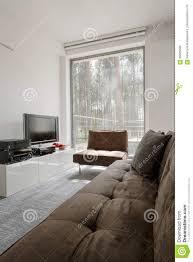 Raum Mit Panoramischem Fenster Mit Waldansicht Stockfoto Bild Von