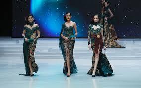 Selama itu pula, ragam koleksi kebaya dan kain indonesia tercipta dari tangan dinginnya. 15 Inspirasi Kebaya Klasik Karya Anne Avantie Di Indonesia Fashion Week 2018