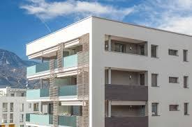 Apartmenthaus Mit Lüftung Von Blumartin In Fensterlaibung