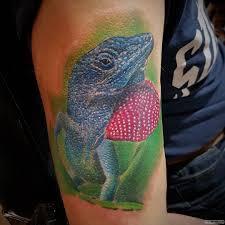 ящерица в зеленой траве тату на плече у парня добавлено иван