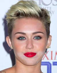 miley cyrus white powder face in 2016