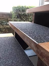 Beim verlegen beginnt man von oben und arbeitet sich schrittweise nach unten vor. Holztreppe Renovieren Mit Steinteppich Regionale Steinteppich Anbieter