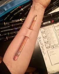 карандаш под кожей тату на предплечье у девушки добавлено иван