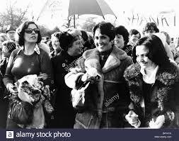 Betty Williams e Joan Baez American Folk cantante famoso per canzoni di  protesta contro la guerra del Vietnam unisciti alle donne manifestanti la  pace in Irlanda del Nord per le strade di