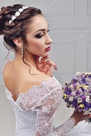 Krásná Nevěsta S Módní Svatební účes Na Bílém Pozadí Detailní