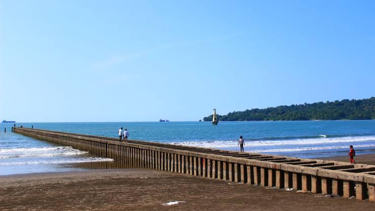 Pantai Teluk Penyu dan pemecah ombaknya.