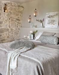 Parete in pietra con nicchia per candela camere da letto
