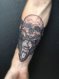 тату волк череп