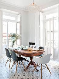 table ancienne et chaises modernes