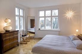 Kleine Schlafzimmer Lampe Mit Holz Muster Boden Und Grau Teppich