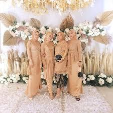 Acara pernikahan adalah peristiwa yang sakral, dan mengadakan pesta perkawinan adalah sebuah keharusan dalam rangka membagi kebahagiaan. 6 Inspirasi Model Baju Seragam Pernikahan Warna Kuning Dan Gold