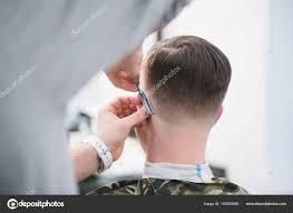 理容室は危険なかみそりでお客様の首を刈り取ります男性の理髪店で