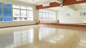 O piso de madeira para sala de dança é utilizado por facilitar os passos e ser resistente a impactos diários. Espaco Estrutura Clube Latino